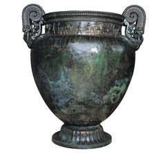 Cratère grec (?)  en bronze déposé dans la tombe de la Dame de Vix (Côte-d'Or) vers 500 av. notre ère. D'une hauteur de 1,64 m, il pouvait contenir 1 100 litres de vin.    Musée du Pays Châtillonnais, Châtillon-sur-Seine.  © Photo du musée