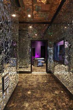 Reuso de espejos rotos para incrementar el rebote de luz en espacios obscuros, además de añadir un toco de elegancia a su hábitat.