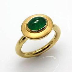Dieser Ring ist mit einem sehr schönen transparent grünen Smaragd im Cabochon-Schliff gearbeitet. Die gleichmäßig runde Ringschiene gibt dem Ring eine sportlich elegante Note Facebook: Goldschmiede Kaddick