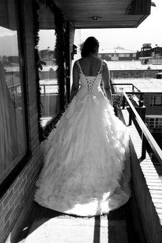 Vestido de novia con corsé acordonado y falda en volantes