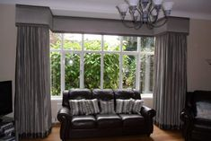 Dress your large square bay window with a simple but stylish curtain pelmet. This has contrasting fabric panels top and bottom to add interest. Bay Window Curtains Living Room, Dining Room Windows, Living Room Blinds, Curtains With Blinds, Bay Windows, Lounge Curtains, Velvet Curtains, Roman Blinds, Large Windows