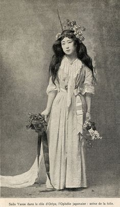Sadayakko (貞奴) as Ophelia, Born in the twelfth child of a Samurai family which had fallen into poverty, she was indentured to the Hamada okiya (geisha house) in the Yoshi-cho hanamachi (geisha district) of Tokyo at the age of four. Vintage Pictures, Old Pictures, Old Photos, Japanese Geisha, Vintage Japanese, Japanese Art, Geisha Japan, Japanese History, Japanese Beauty