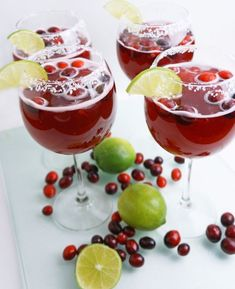 Cranberry and lime margaritas. The cranberries and the lime are perfect for the sweet orange liqueur and the colors awaken the happy feelings of the past holidays. Margarita Mocktail Recipe, Margarita Recipes, Cocktail Recipes, Cocktails, Easy Lemon Icebox Pie, Key Lime Margarita, Best Jello Shots, Lemon Fish, Jello Shot Recipes