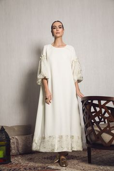 A very cool easy to wear Kaftan, round neckline white crepe A-line cut with oversized white mesh and gold foiling Abaya Fashion, Modest Fashion, Fashion Dresses, Mode Abaya, Mode Hijab, White Kaftan, White Dress, Muslim Dress, Linen Dresses