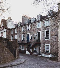 Get lost on purpose near the Edinburgh Castle  #Edinburgh #Scotland  #architecture #traveltips #travelblogger