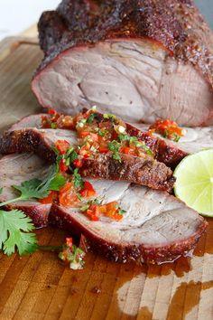Leckeres Grillgericht für fortgeschrittenere Griller: Schweinebraten mit einem Chili-Rub und einem saftigen Caipirinha-Mob.