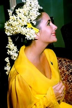 Closer detail of her wedding hair and yellow wedding dress for Elizabeth Taylor Elizabeth Taylor, Old Hollywood, Hollywood Glamour, Burton And Taylor, Divas, Elisabeth, White Wedding Dresses, Wedding Gowns, Wedding Hair