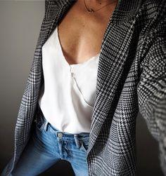 Rien de tel qu'un blazer masculin pour réchauffer un top féminin et délicat (photo Zina Charkoplia)