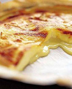 Recette Tarte au camembert : Grattez la croûte du camembert. Beurrez et farinez le moule, garnissez-le avec la pâte brisée. Coupez le fromage en petites portions. Disposez-les sur le fond de tarte. Préchauffez le four à 180° (th. 6). Dans la terrine, mélangez les oeufs et la crème fraîche. ...