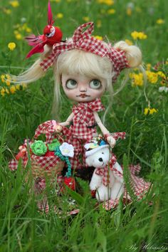 https://flic.kr/p/eUdtyz | Miss Pique-Nique | Miss Pique-Nique OOAK Custom Middie Blythe By Heliantas  Now on €3bay for 3 days only...item number 171064897279  This middie blythe is a Jackie Ramon new from Takara, bought for this customization she will travel in her original box  -she has a new azone 1/12 picconeemo figure body D type (14 cm) -the head has been open carefully and the mouth and the nose have been carved. - I made a new makeup on the faceplate, using pastels and watercolor…