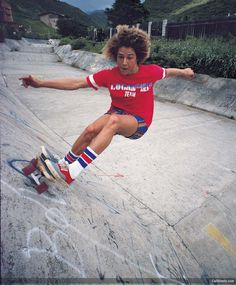 Tony Alva for Logan earth ski. The legendary Tony Alva, first man to get air on a board in a pool. Who remembers? Jay Adams, Stacy Peralta, Old School Skateboards, Vintage Skateboards, Tony Alva, Look Skater, Skate Photos, Skateboard Photos, Air Jordan
