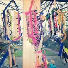 Lampion van kippengaas en stofrepen Art For Kids, Crafts For Kids, Becoming A Teacher, Dream Catcher, November, Recycling, Glow, Homemade, Crafty