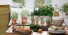 Gobelin von Sander: Serie HERBS. HERBS bringt das Flair des Südens direkt auf Ihren Tisch! Rosmarin und Co.erinnern an italienische Küchengärten und passen somit bestens zu Käse, Oliven und einem frischduftenden Landbrot.
