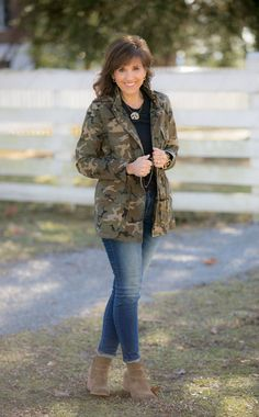 The Camo Jacket Trend - Cyndi Spivey Camoflauge Jacket Outfit, Utility Jacket Outfit, Camo Jacket Women, Camo Pants Outfit, Leather Jacket Outfits, Camo Outfits, Camouflage Fashion, Camo Fashion, Camo Shirt Outfit