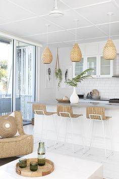 You are in the right place about beach house decor on a budget Here we offer you the most beautiful pictures about the beach house decor outdoor you are looking for. Green Design, Kitchen Decor, Kitchen Design, White Kitchen Cabinets, Kitchen Island, Beach House Decor, Style At Home, Home Interior Design, Interior Ideas