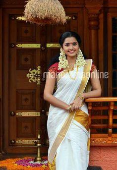 Sani2a27 Beautiful Girl Indian, Beautiful Indian Actress, Beautiful Saree, Kerala Saree Blouse Designs, Set Saree, Indian Natural Beauty, Kasavu Saree, White Saree, Traditional Sarees