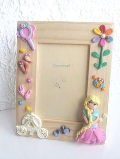 Cadre photo personnalisable princesse en porcelaine froide http://www.alittlemarket.com/decoration-pour-enfants/fr_cadre_photo_decoration_chambre_denfant_personnalisable_en_porcelaine_froide_fimo_princesse_et_son_carrosse_-16530955.html