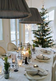 白ベースにモミの木とキャンドル、それが大人のテーブルコーディネート。装飾がない方がロマンチックなのは気のせい!?