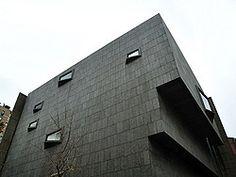 El Museo Whitney de Arte Estadounidense contiene la mayor colección del mundo de arte estadounidense del siglo XX.  El museo fundado en 1930 por G. V.Whitney, escultora millonaria que coleccionó más de 500 obras de arte a principios de siglo. La creación de su propio museo vino por la negativa del Metropolitan Museum de exhibir su colección. El edificio actual es obra de Marcel Breuer y fue inaugurado en 1966. Está construido con cemento y granito gris y tiene una fachada imponente.