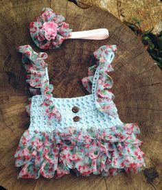Confeccionado em crochê em fio antialérgico  Acompanha faixa para cabelo  Cor azul e babadinho floral  Tamanhos RN/ 1 a 3/ 3 a 6/ 6 a 9 meses