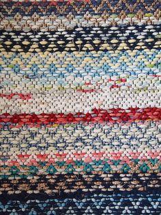 Edellisessä postauksessa ihastelin gaalapöydissä olleita Finlaysonin Räsypaloja… Swedish Weaving, Textiles, Recycled Fabric, Wooden Flooring, Woven Rug, Scandinavian Style, Pattern Fashion, Rag Rugs, Loom