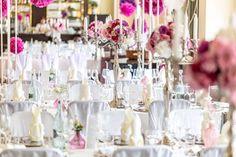Dekoration für die süsse Hochzeit mit Silberleuchtern und Blumenkugel.