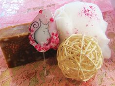 white cat with flowers - pin Etsy Seller, Bubbles, Hand Painted, Cat, Creative, Ethnic Recipes, Flowers, Handmade, Beauty