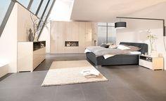 Vyšší postel má několik výhod, lépe se z ní vstává a čím výše uleháte, tím lepší je i kvalita vzduchu, který v noci dýcháte. U země se totiž drží prach. Postel ložnicové sestavy Room nabízí právě takové řešení; JV Pohoda