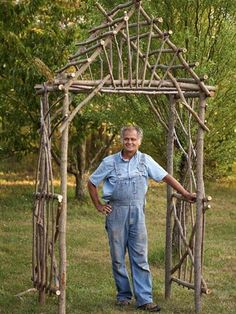 Your Own Willow Arbor Make your own rustic arbor using twigs and logs. This guide takes you through all the steps.Make your own rustic arbor using twigs and logs. This guide takes you through all the steps. Twig Crafts, Nature Crafts, Garden Crafts, Garden Projects, Driftwood Crafts, Tree Branch Crafts, Yard Art Crafts, Tree Branch Decor, Diy Projects