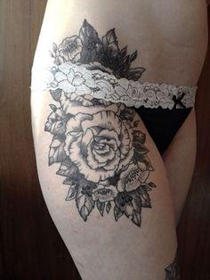 Tatouage Roses Noir-et-blanc sur Cuisse pour Femme