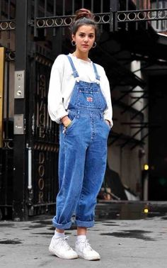 This layer overall outfit is exactly the outfit worn in the It has a white undergarment and blue jean overall on top. Outfits from the are very mirrored in todays outfits! Look 80s, Look Retro, Mode Outfits, Casual Outfits, Fall Outfits, Outfits With Overalls, Blue Overalls, Denim Overalls Outfit, Party Outfit Casual