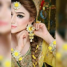 Are you organizing a Mehndi ceremony and want Mehndi Thaals ideas? Mehndi is a pre-wedding function supposingly a colorful event Pakistani Wedding Outfits, Pakistani Bridal Wear, Bridal Outfits, Indian Bridal, Desi Wedding, Wedding Wear, Wedding Couples, Wedding Bride, Bridal Mehndi Dresses