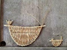 poules sur un mur Paper Weaving, Weaving Art, Wire Weaving, Willow Weaving, Basket Weaving, Willow Sticks, Crafts To Make, Arts And Crafts, Making Baskets