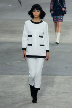 It wouldn't be a Spring 2014 collection without a little black and white action! Chanel #pfw #ss14