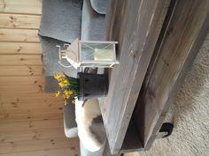 Lag ditt eget sofabord og få det slik du vil! For å lage den ruglete overflaten brukte jeg vinkelsliper med stålbørste. Deretter børstet jeg over med en stålskrubb. Så la jeg et strøk med beis (Tyrilin farge: lys varde). Før det tørket gikk jeg over med en fille slik at beisen kom godt ned i furene.