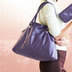 27013-Paulina torba LJubičasta torba od imitacije kože,proštepana.Metalni delovi srebrnih tonova.Dimenzije:20 x 10 x 2 cm.