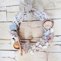 Corolla decorativa per muro o porta a tema marino.... Realizzato con conchiglie raccolte dalla mia bimba durante l'estate. Pezzo unico.