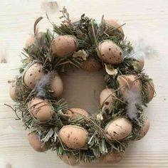 décoration de Pâques et couronnes d'oeufs