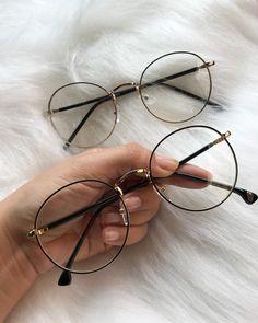 La imagen puede contener: una persona, gafas y gaf… Glasses Trends, Geek Glasses, Cute Glasses, Glasses Frames, Glasses Outfit, Cat Eye Sunglasses, Sunglasses Women, Lunette Style, Fashion Eye Glasses