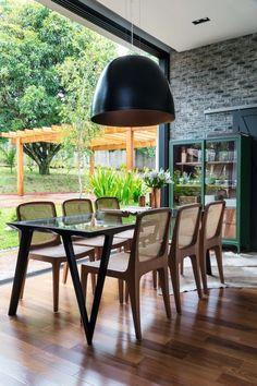 Sala de jantar. Ao redor da mesa da Estar Móveis, cadeiras Bossa, design de Jader Almeida, na Dpot, sob pendente da Bertolucci (Foto: Evelyn Müller / Divulgação)