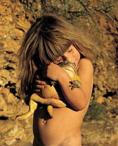 "Tippi Degre, ""a real life Mowgli"", hugging a bullfrog. Tippi was born and raised… Wild Animals In Africa, African Animals, Foto Poster, Vida Real, We Are The World, Mundo Animal, Fauna, Tarzan, Belle Photo"