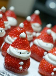 Strawberry Santas o fresas papa noel Christmas Party Food, Noel Christmas, Christmas Goodies, Christmas Desserts, Holiday Treats, Christmas Treats, Holiday Fun, Holiday Recipes, Father Christmas