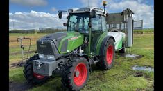 FENDT TRACTOR WITH BIG SPRAYER CLEANING PR