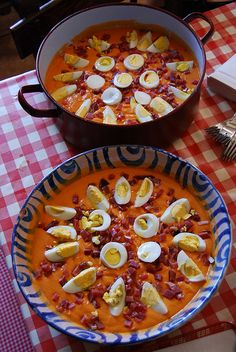 Salmorejo, a thicker version of Gazpacho, with Serrano ham & boiled egg. No recipe, just food porn. Spanish Dishes, Spanish Cuisine, Spanish Tapas, Spanish Food, Spanish Dip, Spanish Recipes, Omelettes, Tasty, Yummy Food