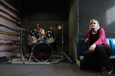 Schlagzeugerin Kira und Bandcoachin Tine
