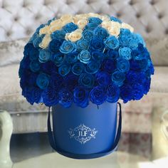 This stunning box of ombré roses with blue and white hues graduating from dark to light are an epitome of elegance and will surely awaken emotions! Bouquet Box, Red Rose Bouquet, Fresh Flower Delivery, Same Day Flower Delivery, Blue Roses, Blue Flowers, Xmas Flowers, Gold Glitter Paint, Cabbage Flowers