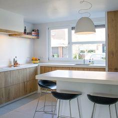 Een plaatje! Ondanks de relatief kleine ruimte toch een heerlijke ruim uitziende keuken gecreëerd. Dat is het voordeel van #maatwerk! Eiken keuken met #himacs aanrechtblad, een kastenwand met apothekerskast en een heerlijke plek om te zitten. #handgemaakt #keuken #koken #kitchendesign #cooking #inductie #miele #quooker #caressi #sijmeninterieur