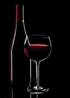 Nosso vídeo mostra como fazer Fotografia de Still de uma garrafa junto a um copo de vinho por meio de uma técnica chamada de edge ligthing.