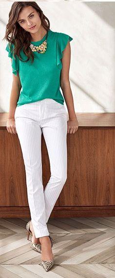 Pantalón blanco con rayas y blusa verde.