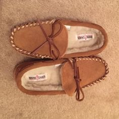 Kid's Minnetonka Moccasins Adorable kid's Minnetonka moccasins! Kid's size 3. Classic moccasin style. Brown suede outside and fuzzy on the inside! Brand new, never worn!! Come on original box. Perfect for the upcoming autumn months! Minnetonka Shoes Moccasins